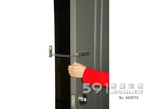 房門附有安全鎖鍊