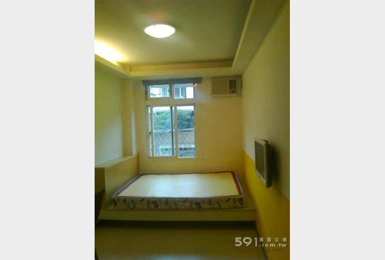 台北租屋,中正租屋,獨立套房出租,雙人彈簧床,有對外窗,大房間