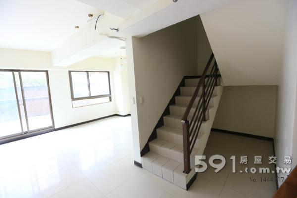 樓梯下有儲藏空間